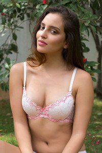 a6d0f2e809 Buy Zivame Beautiful Neckline Gentle Lift Multiway Lacy Bra- Pink